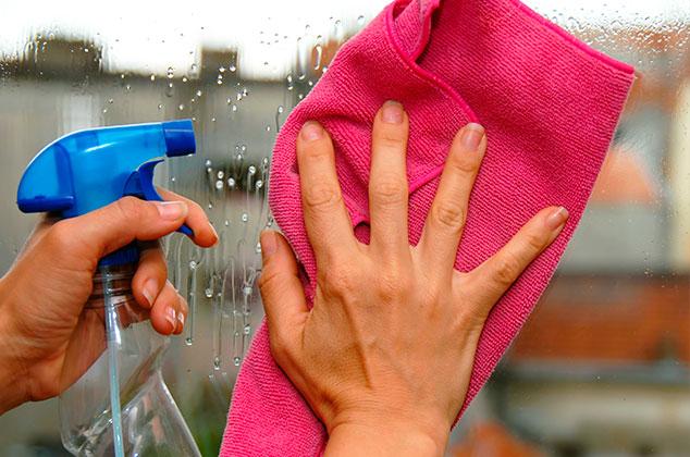 Descubre qué no usar para limpiar espejos y vidrios